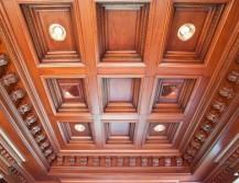 Кессонный потолок из натурального дерева
