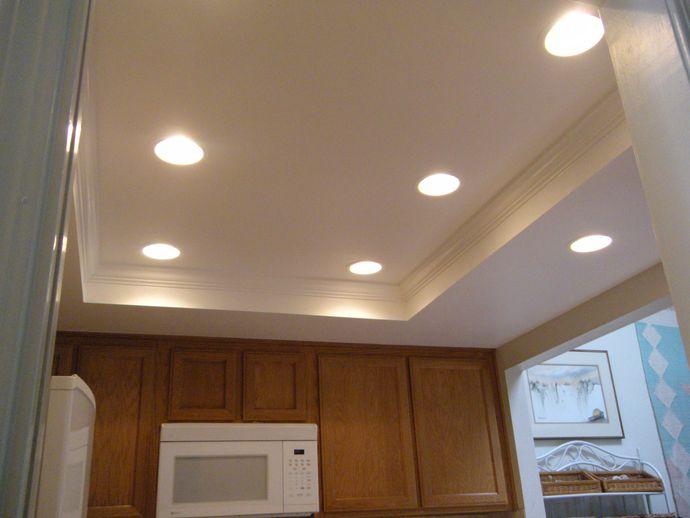 Красивый потолок на кухне с двумя ярусами