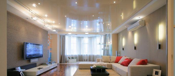 Натяжной потолок в интерьере гостиной