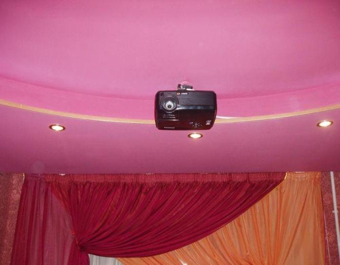 Покрашенный водоэмульсионной краской потолок