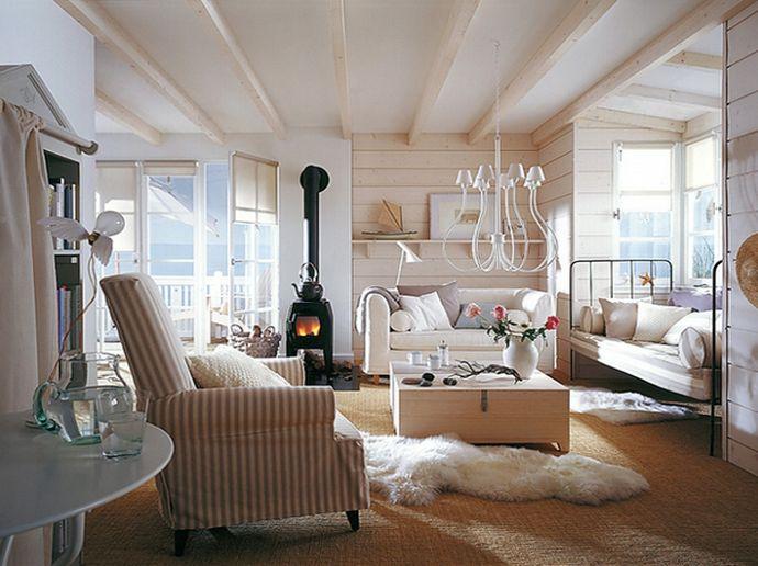 Светлые декоративные деревянные балки на потолке