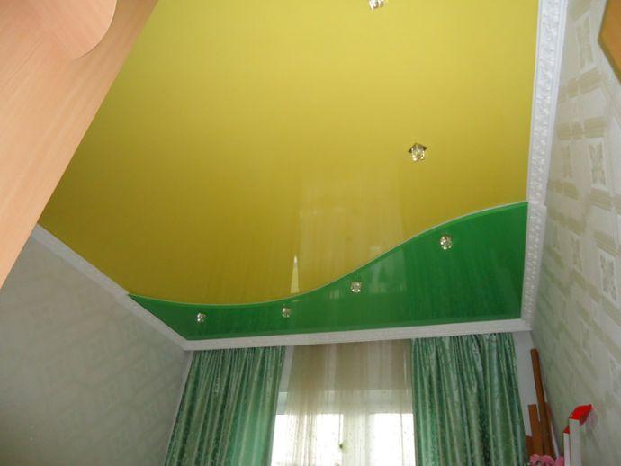 Натяжной потолок двухцветный