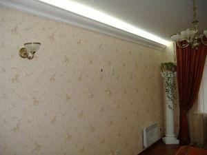 Освещаемый потолок в прихожей