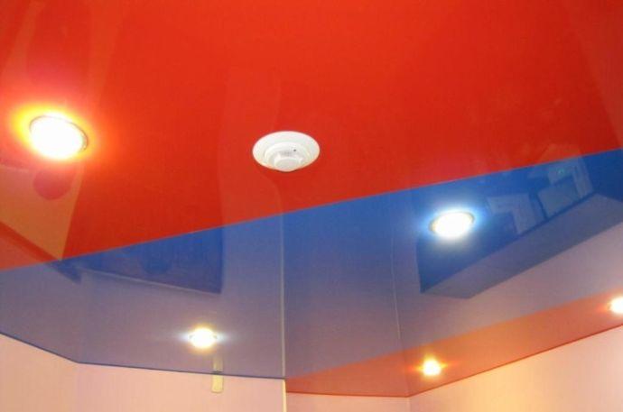 Красный и синий цвета на потолке