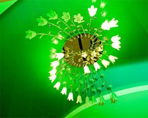 Люстра на зеленом натяжном потолке