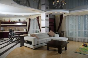 Многоуровневый потолок из гипсокартона в интерьере квартиры-студии