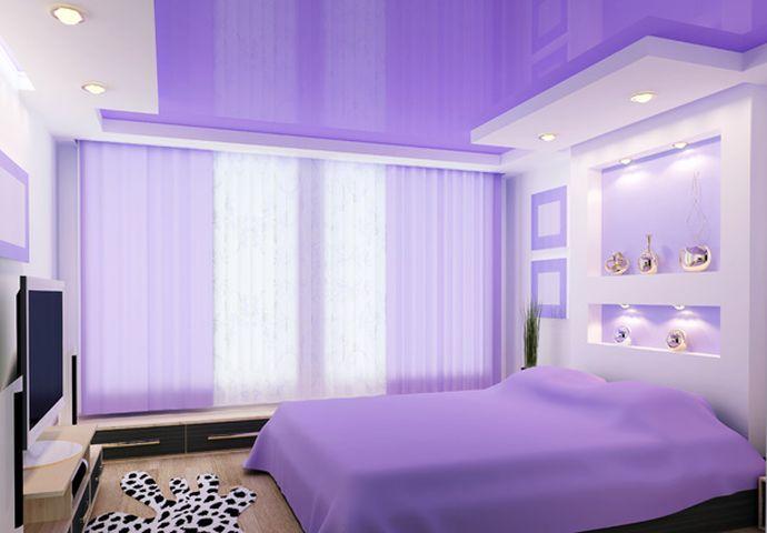 Натяжной глянцевый потолок в спальне