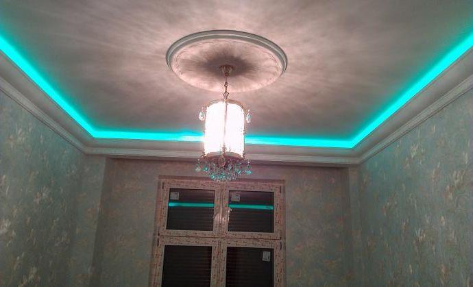 Неоновая подсветка потолка в гостиной