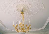 Широкие потолочные плинтусы с орнаментом