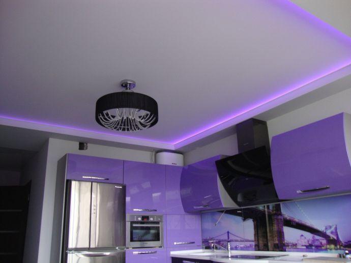 Натяжной потолок с подсветкой на кухне
