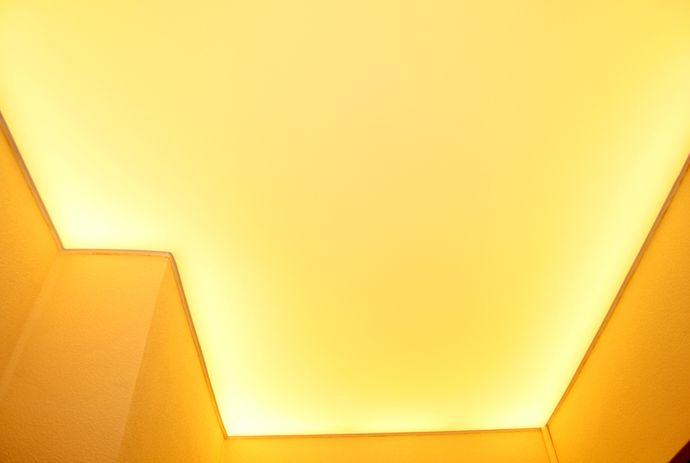 Натяжной потолок с закарнизной подсветкой