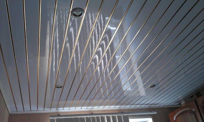 Красивый потолок из пластиковых панелей
