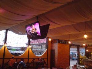 Крепление телевизора на потолке в кафе