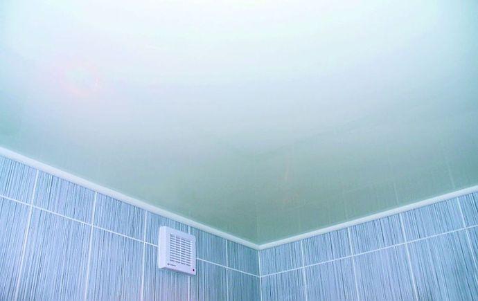 Крашеный потолок в ванной комнате