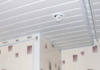 Потолок в ванной комнате из пластиковых панелей