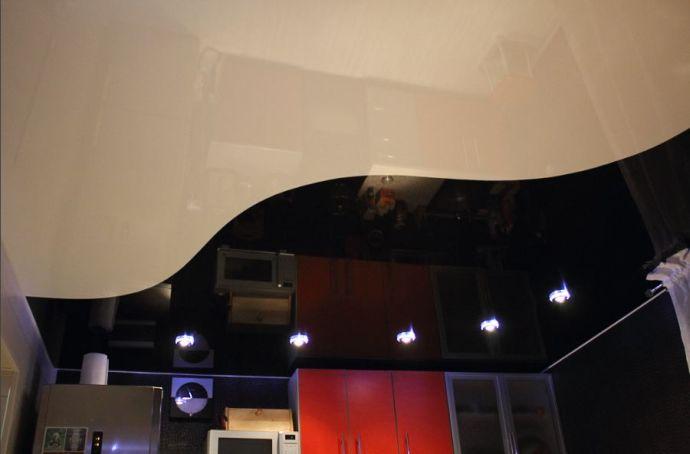 Сочетание черного и белого цвета на натяжном потолке