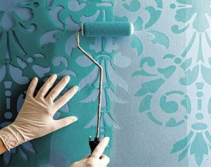 Окрашивание потолка с помощью трафаретов
