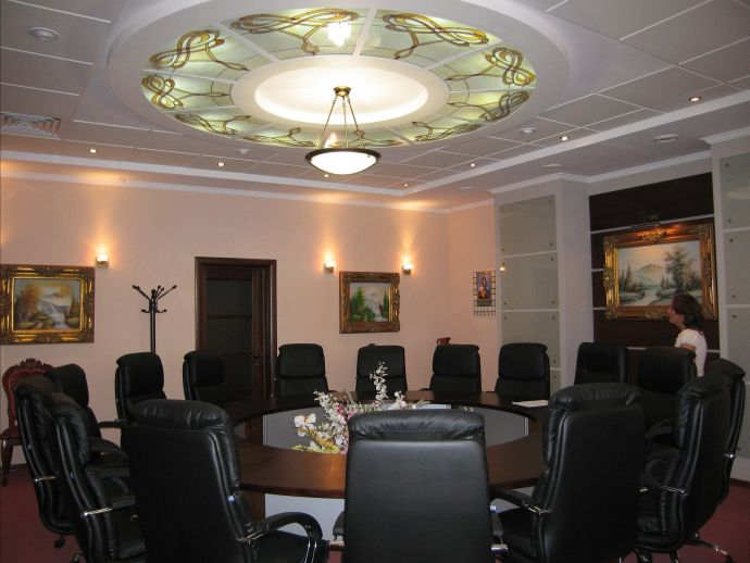Потолок в зале с круглым столом