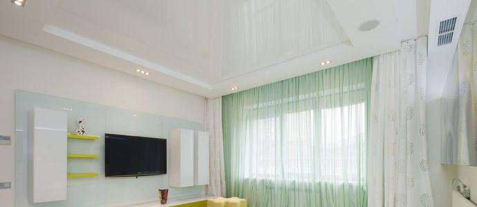 Белый глянцевый бесшовный натяжной потолок