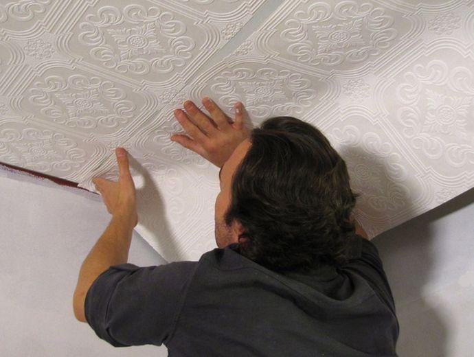 Приклеивание обоев на потолок своими руками