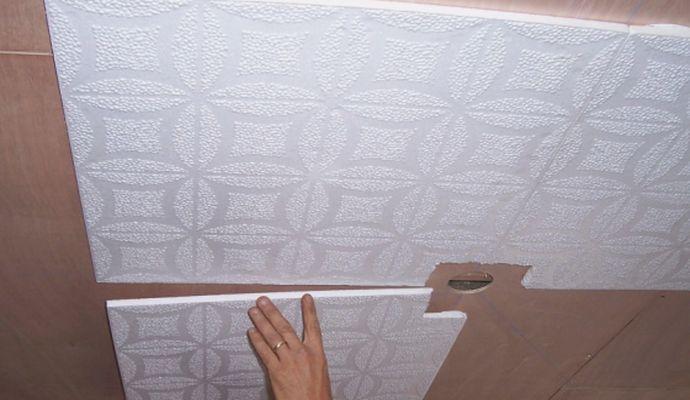 Клеим плиты на потолок