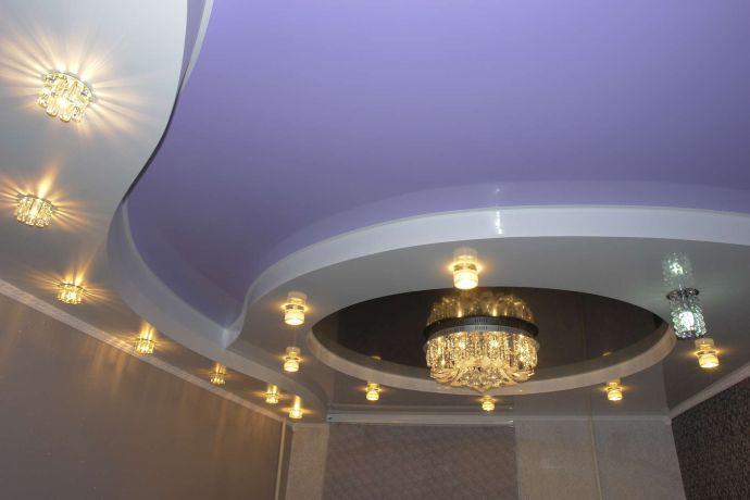 Многоуровневый натяжной потолок с криволинейными очертаниями