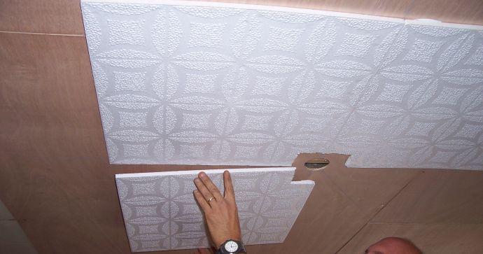 Приклеивание панелей на потолок