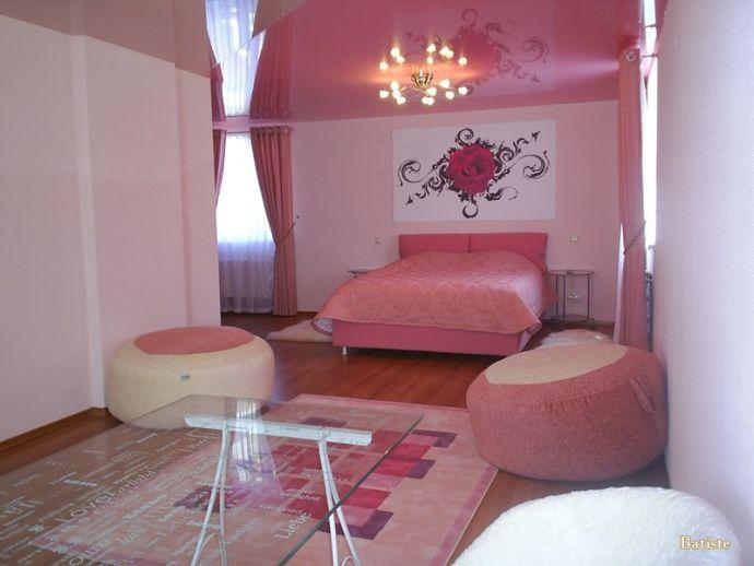 Натяжной потолок розовый в спальне