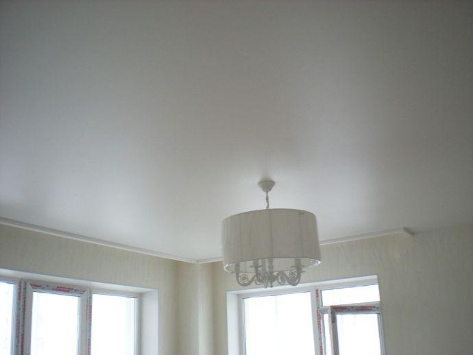 Натяжной потолок сатиновый белого цвета