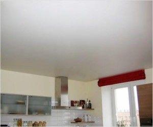 Потолок окрашенный на кухне