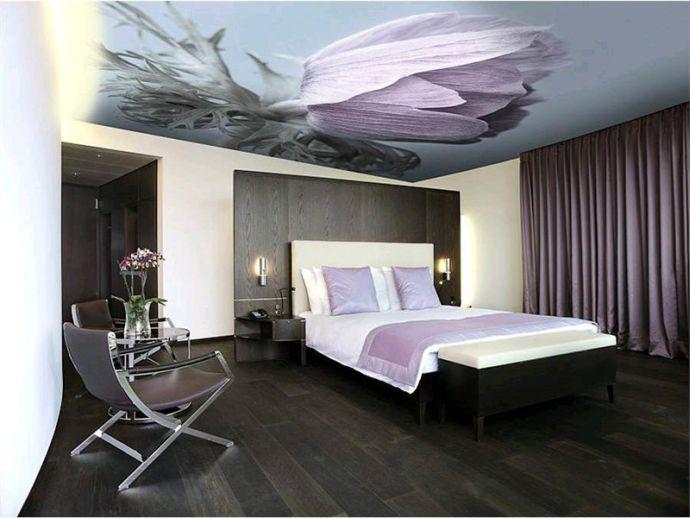 Потолок в спальне натяжной с цветами