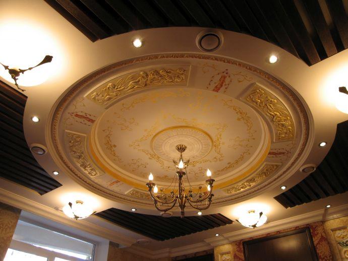 Потолок с лепниной
