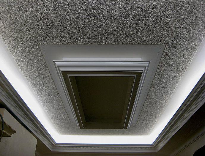 Шелковая штукатурка на потолке в сочетании с подсветкой