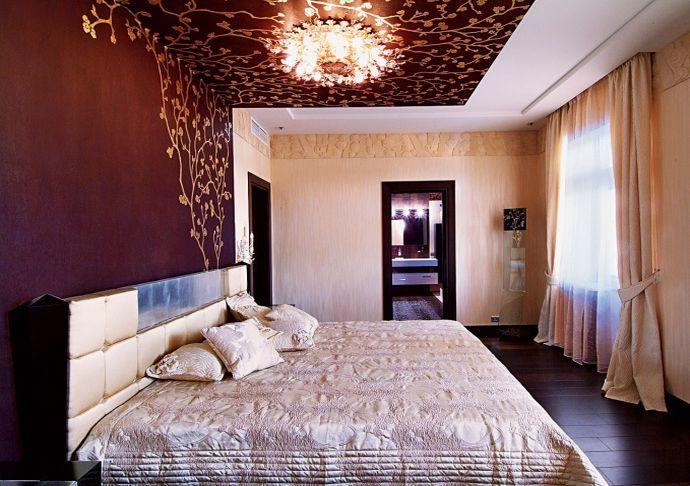 Потолок и стена с цветочным рисунком