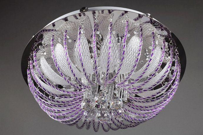 Красивая люстра с фиолетовыми лампочками