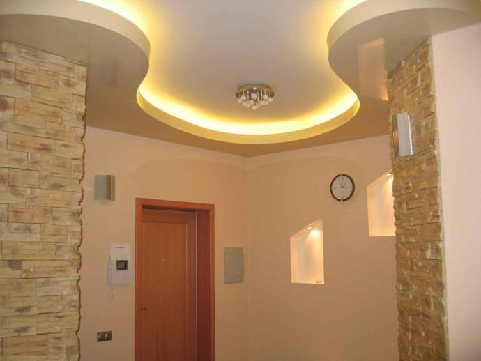 Криволинейный потолок в коридоре