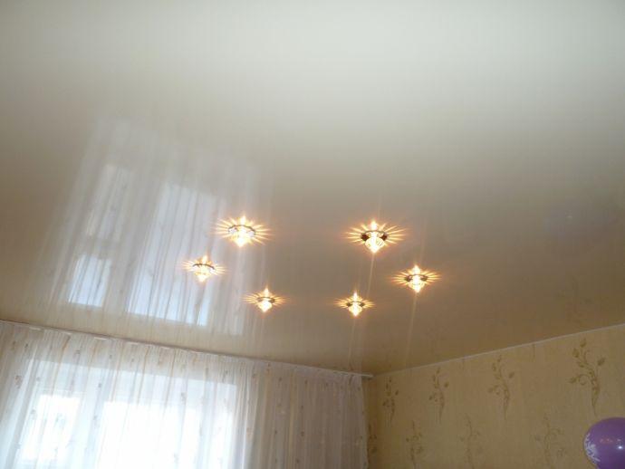 Натяжной потолок белый глянцевый в квартире
