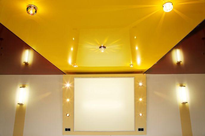 Желтый глянцевый потолок
